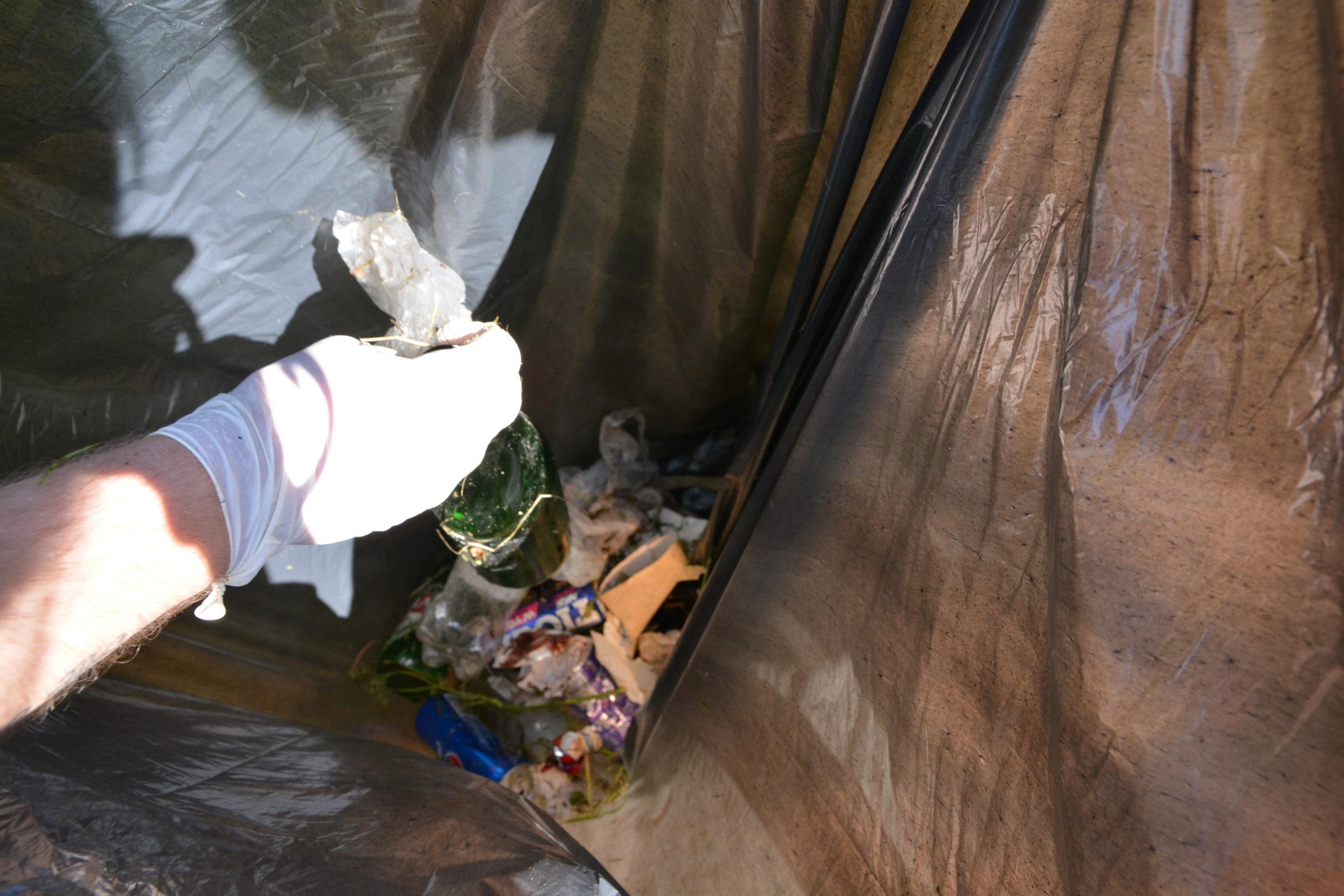 pracownicy Parku Kultury podczas sprzątania